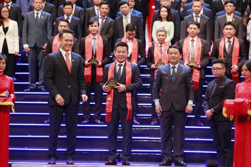 Đại diện Khang Điền nhận giải thưởng sao vàng đất việt 2018 - Khang Điền HCM