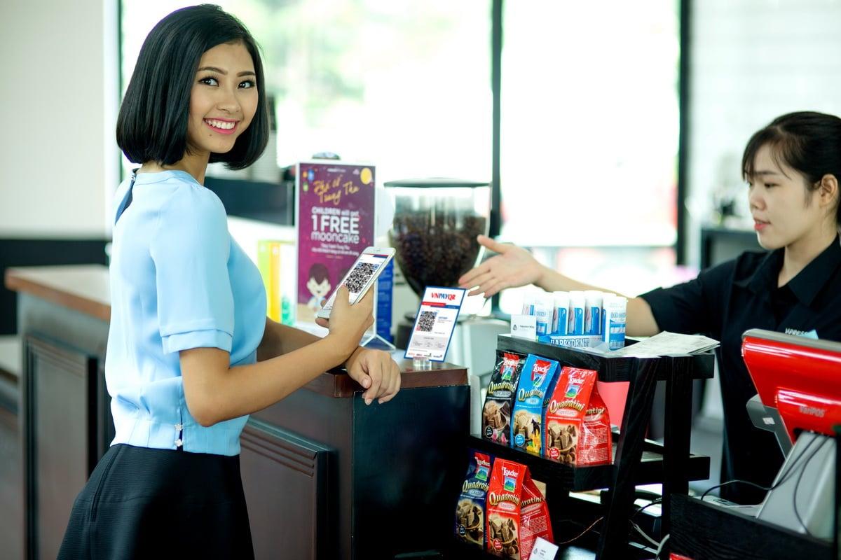 Khách hàng thanh toán qua hình thức QR Pay