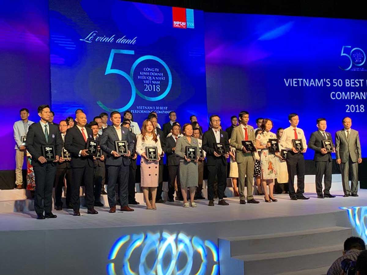 ng Đinh Trọng Lễ – Giám đốc CNMN Tập đoàn Hà Đô thứ 5 từ phải sang đại diện nhận giải TOP 50 Công ty Kinh doanh hiệu quả nhất Việt Nam 2019 - #1 CÔNG TY CỔ PHẦN TẬP ĐOÀN HÀ ĐÔ - HADO GROUP